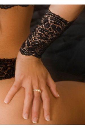 bracli svart spetshandske på modell