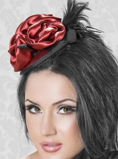 Fascinator med dekoration av rosor närbild