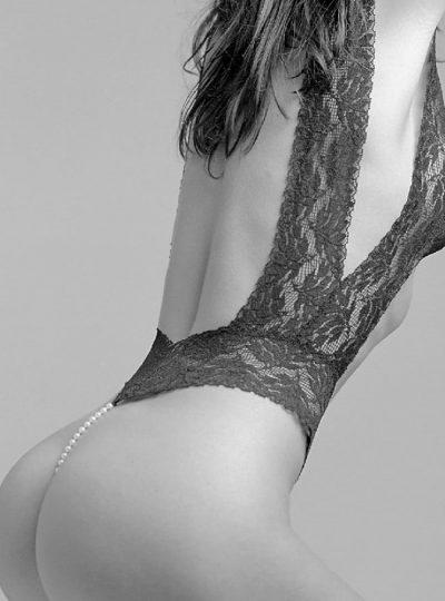 Svart pärlbody Classic bak på modell
