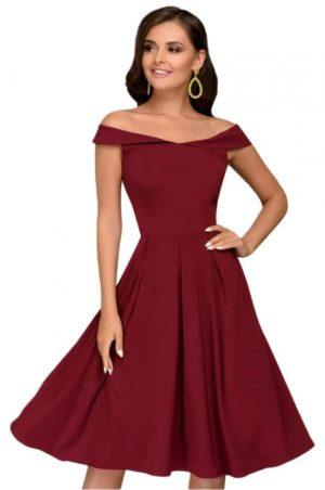 Vinröd klänning i klassisk stil.