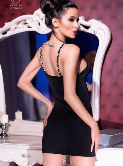 Svart kort klänning med dekorativa axelband och så ett par matchande stringtrosor bakifrån