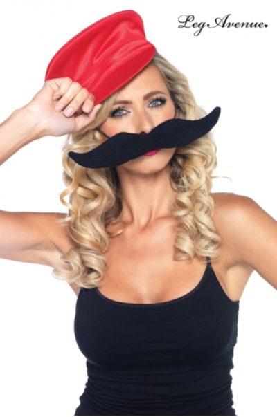 Röd mössa och svart mustach till maskerad
