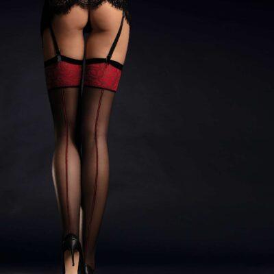 Sexiga nylonstrumpor med röd gördel och söm