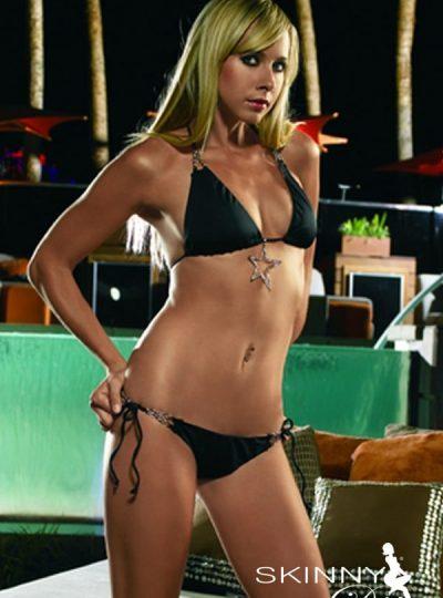 Svart bikini med tuffa detaljer